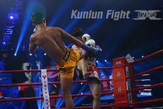 拳坛巨人被踢裆 昆仑决40铜陵站播求爱徒高扫踢晕中国新秀