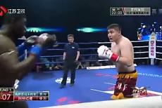 视频-擂台上重量级选手恐怖凶狠   重拳竟把对手打出擂台