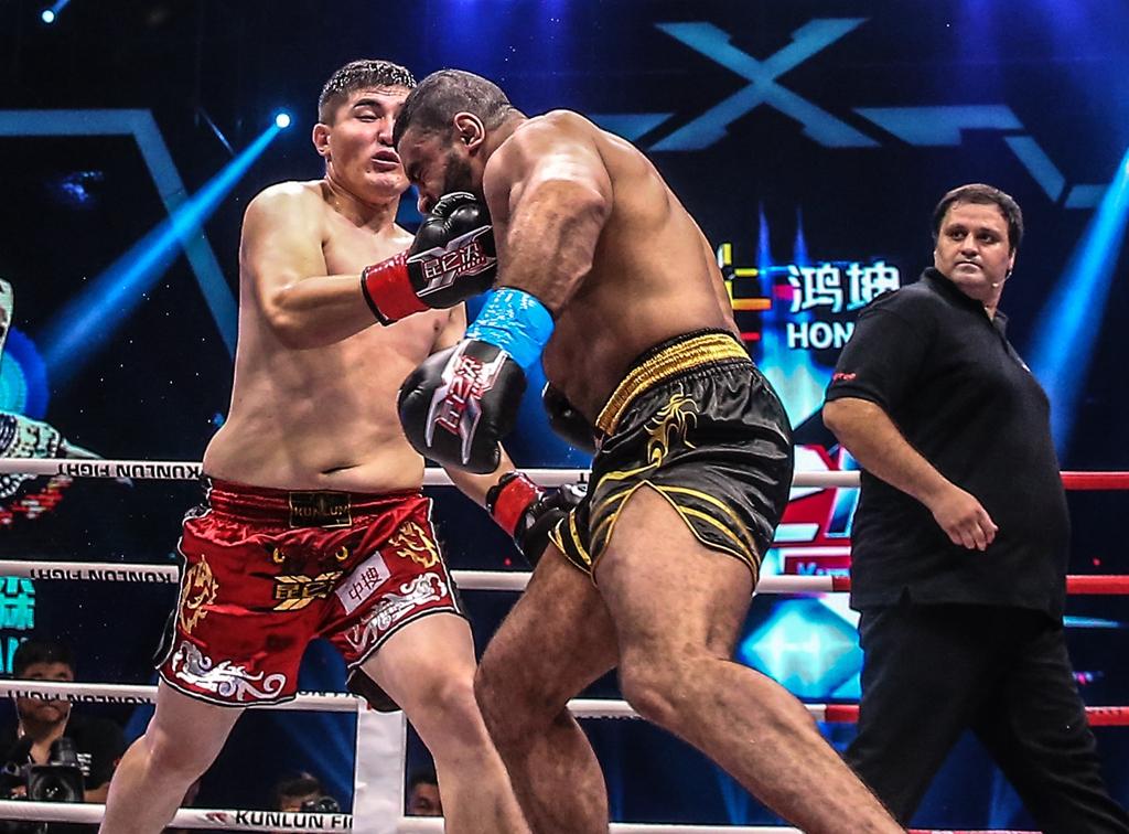 阿斯哈提一拳KO巨兽.jpg
